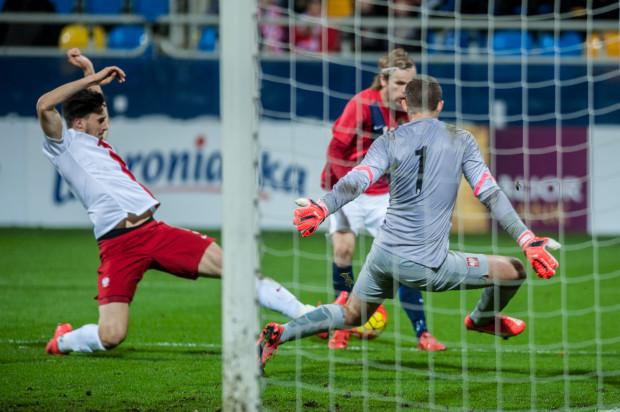 Damian Podleśny w bramce młodzieżowej reprezentacji Polski podczas meczu z Norwegią w Gdyni z listopada ubiegłego roku, który biało-czerwoni wygrali 1:0.