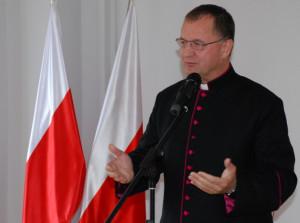 Ksiądz Jerzy Więcek podczas uroczystości w Pomorskim Urzędzie Wojewódzkim w Gdańsku.