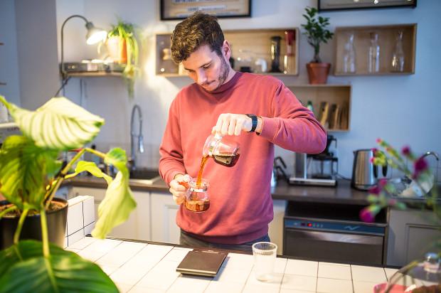 W kawiarni Tłok zjemy wegańskie ciastko i napijemy się kawy przygotowywanej alternatywnymi metodami.