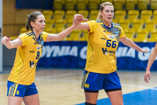 Żadna drużyna w Polsce nie ma pomysłu na pokonanie gdyńskich szczypiornistek. Na zdjęciu Monika Kobylińska (nr 8) i Joanna Szarawaga.