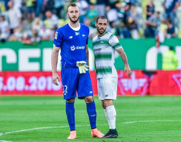 Vanja Milinković-Savić (z lewej) tylko do przerwy zasłużył na miano bohatera w Warszawie. W drugiej połowie to właśnie błąd Serba rozwiązał worek z bramkami. Flavio Paixao i jego koledzy z ofensywy nie potrafili odpowiedzieć żadnym golem.