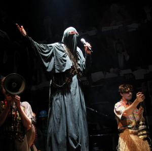 """Spektakl """"Podopieczni"""" na podstawie prozy Elfriede Jelinek, podejmuje temat napływających do Europy uchodźców. Spektakl zagrany zostanie dwukrotnie 22 października, o godz. 15 i 20."""