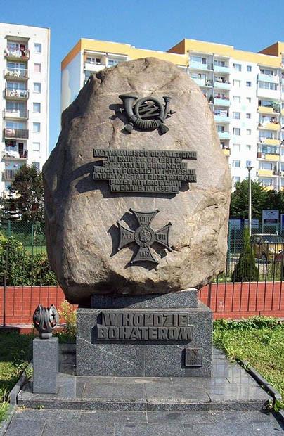 Tablica upamiętniająca odnalezienie zwłok pomordowanych pocztowców na Zaspie.
