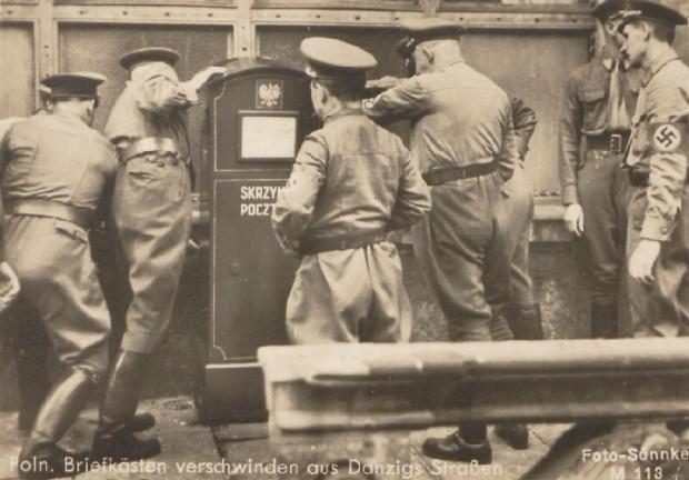 Członkowie gdańskiego SA demontują polską skrzynkę pocztową. Zdjęcie propagandowe, prawdopodobnie z września 1939 roku.