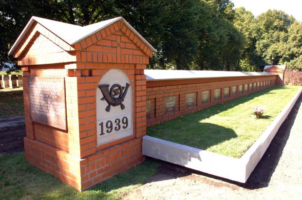 Pomnik zamordowanych pocztowców - obrońców Poczty Polskiej w Gdańsku, na cmentarzu na Zaspie.