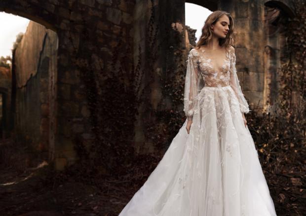 Tzw. nagie sukienki, zdaniem stylistów, mają szansę na stałe wejść do kanonu mody ślubnej. Suknia projektu Paolo Sebastian.