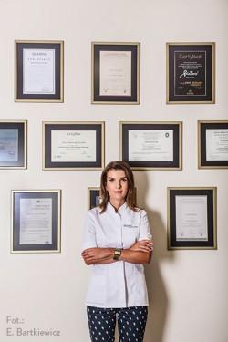 Dr Anna Butowska jest absolwentką Pomorskiej Akademii Medycznej w Szczecinie, dyplomowanym lekarzem medycyny estetycznej, absolwentką Studiów Podyplomowych dla Lekarzy z zakresu medycyny estetycznej i kosmetologii na GWSH w Katowicach.