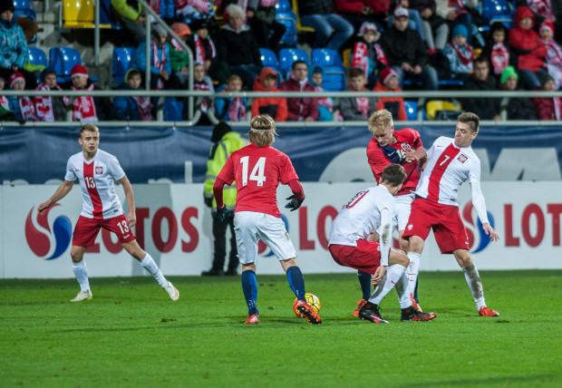 Młodzieżowa reprezentacja Polski w poniedziałek, 10 października zagra w Gdyni z Czarnogórą. Tak prezentowała się przy ul. Olimpijskiej niespełna rok temu. Z nr 13 Kamil Mazek, który ustalił wynik spotkania z Ukrainą.