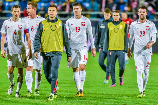 Michał Marcjanik (nr 19) i młodzieżowa reprezentacja Polski po rozgromieniu w Gdyni Czarnogóry 6:0. Seniorzy nie wzięli z niej przykładu, ale wymęczyli wygraną nad Armenią.