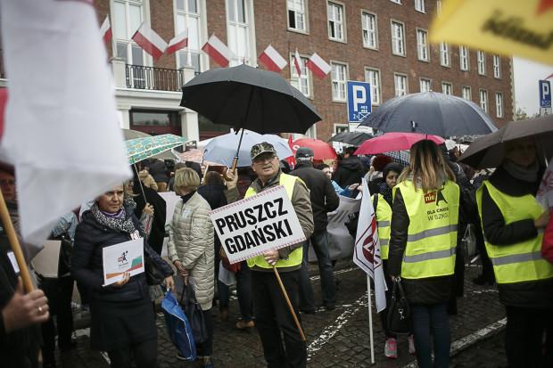 Pikieta nauczycieli przeciwko reformie edukacji przed Pomorskim Urzędem Wojewódzkim