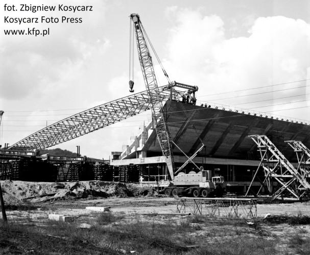 Zdjęcia przedstawiające budowę hali oraz pierwsze dekady jej funkcjonowania.
