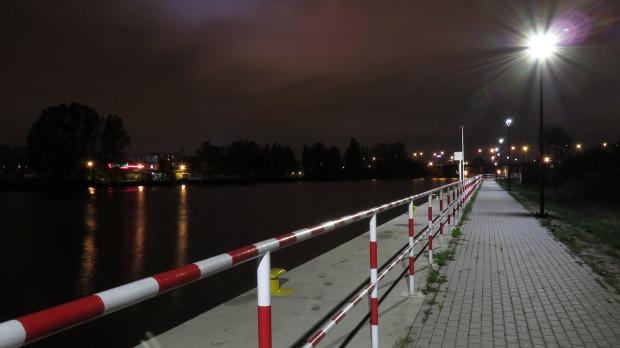 Nowe oświetlenie nabrzeża i bulwaru nad Martwą Wisłą na Przeróbce.