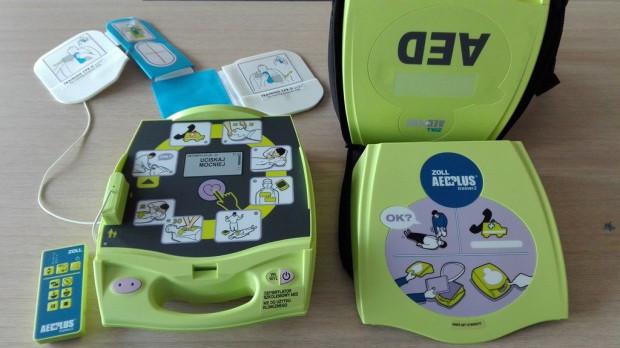 Defibrylatory coraz częściej pojawiają się w środkach transportu i w miejscach publicznych.