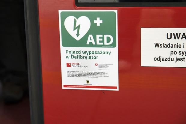 Oznakowanie pociągów samorządu województwa pomorskiego wyposażonych w defibrylator.