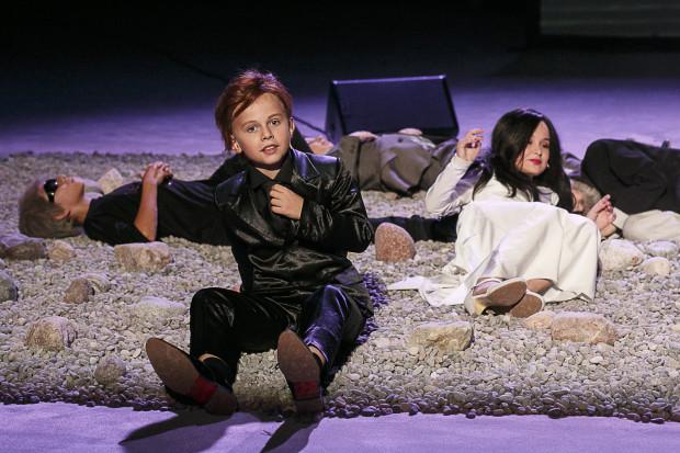 """Dzieci w spektaklu """"Mapa i terytorium"""" spełniają bardzo ważną rolę i wypełniają ją brawurowo. Jednak paradoksalnie, spektakl na ich udziale traci, bo mali aktorzy przyćmiewają dorosłych bohaterów, rozbijając przedstawienie na sceny z własnym udziałem, wyraźnie lepsze od pozostałych."""