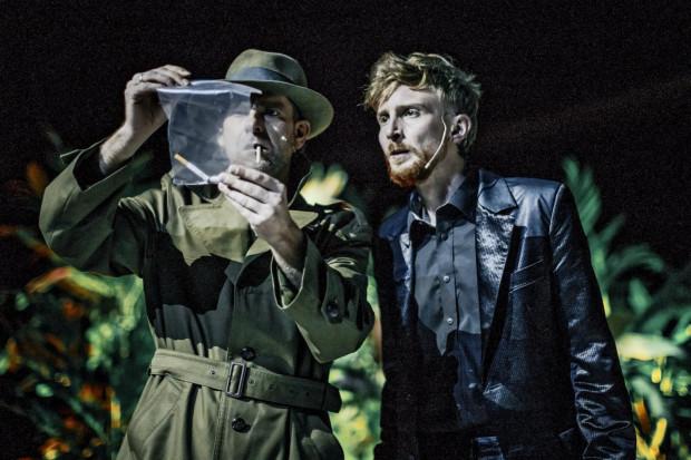 Szkoda, że spektakl nieoczekiwanie zmierza w stronę płytkiej, niepotrzebnej farsy. Na zdjęciu Michał Tynda (w spektaklu w grający Jeda Martina i inspektora Jasselina) oraz Piotr Biedroń (Jed Martin).