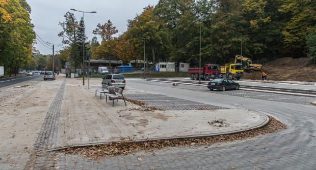 Parking na 60 aut przy Cmentarzu Witomińskim zostanie udostępniony przed 1 listopada. Kierowcy uważają, że jest on za mały, a miasto przekonuje, że tyle miejsc wystarczy.