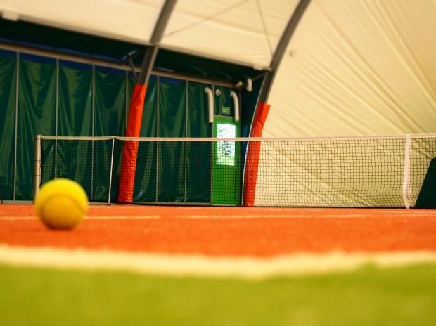 W Trójmieście nie brakuje miejsc, gdzie można pograć w tenisa także jesienią i zimą.