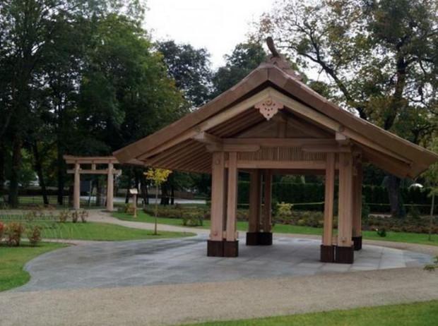 W części japońskiej Parku Oliwskiego pojawił się nowy, drewniany pawilon, drewniana brama ozdobna i kamienna lampa.