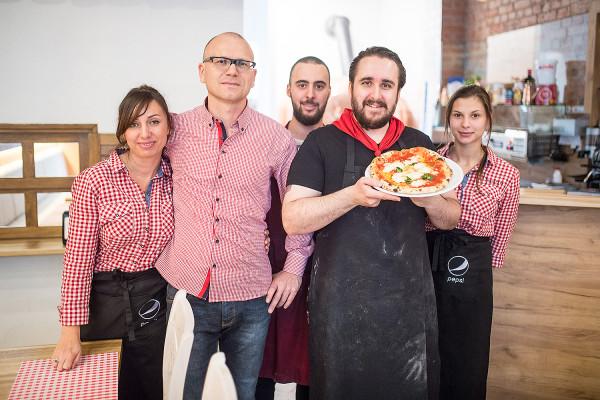 W Pizzeri Francesco pizzę piecze pizzaiolo zdobywający doświadczenie w Neapolu.