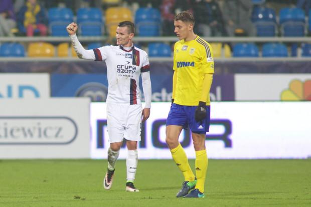 Triumfujący Adam Frączczak (z lewej), zdobywca dwóch bramek w piątkowy wieczór oraz Damian Zbozień, który miał najlepszą okazję na honorowego gola dla Arki Gdynia.