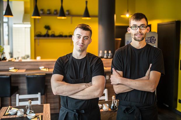 MaMi Sushi otworzyło dwóch sushi masterów - jeden specjalizuje się w klasyce, drugi w fusion.