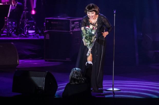 Wielu fanów przyszło na koncert z kwiatami i podarunkami, które wręczali artystce niemal po każdej piosence.