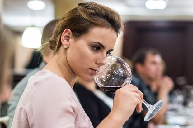 Uczestnicy warsztatów od podstaw poznają historię wina oraz próbują   najciekawszych etykiet z całego świata.