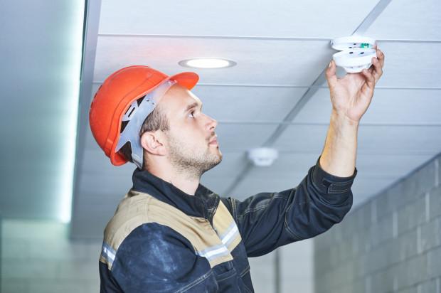 Bezpieczeństwo w domu to nie tylko ochrona antywłamaniowa, ale także wczesne wykrywanie pożaru. Dlatego coraz częściej systemy rozszerzane są o czujniki dymu.