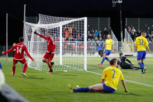 Janusz Surdykowski i Mateusz Klichowicz cieszą się po pierwszym golu dla Bytovii. Były jednak kontrowersje, czy wcześniej piłka nie opuściła boiska.