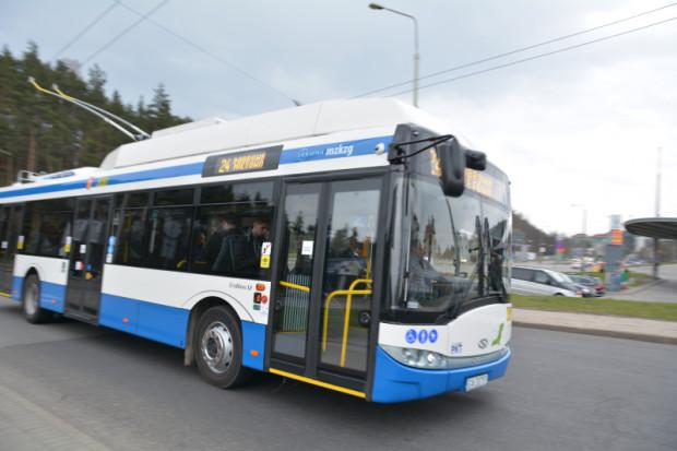 Komunikacja publiczna coraz częściej - m.in. dzięki buspasom - jest znacznie szybsza niż samochody. Ale tak, jak trzeba zatankować auto, tak w autobusie należy kupić i skasować bilet.