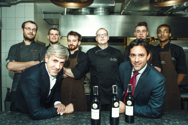 Piotr Ślusarz - szef kuchni Open Kitchen z zespołem, m.in. cukiernikiem Dawidem Makuratem (pierwszy z lewej) - autorem wyśmienitego deseru oraz Jose Moro - właściciel hiszpańskiej winnicy Emilio Moro