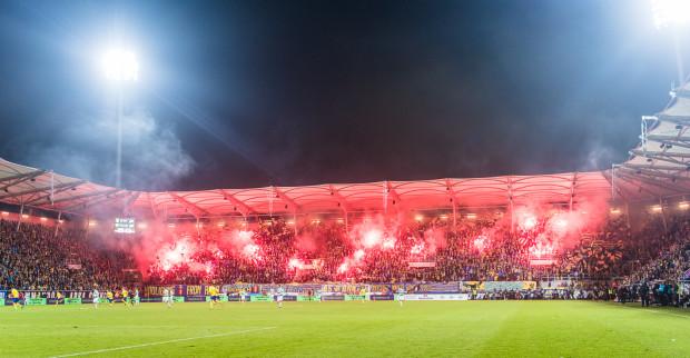 Podczas derbów kibice obu klubów nie oszczędzali na pirotechnice. Przed meczem na stadion weszła również policja.