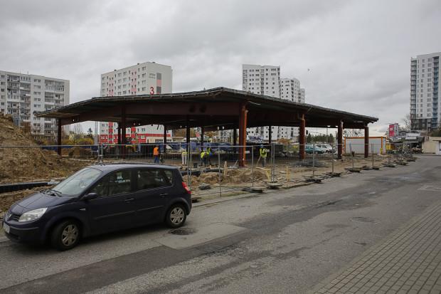 Po blaszanym obiekcie przy ul. Żylewicza zostało już tylko zadaszenie. Na wiosnę zacznie tu funkcjonować nowe centrum handlowo-usługowe.