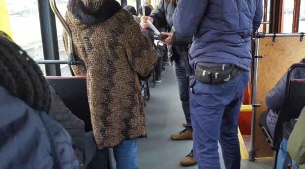Płatność kartą za mandaty w komunikacji miejskiej w Gdańsku staje się coraz popularniejsza.