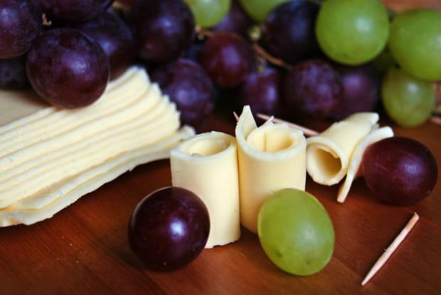 Koreczki z sera i winogron to jeden z najprostszych sposobów na małą przystawkę.