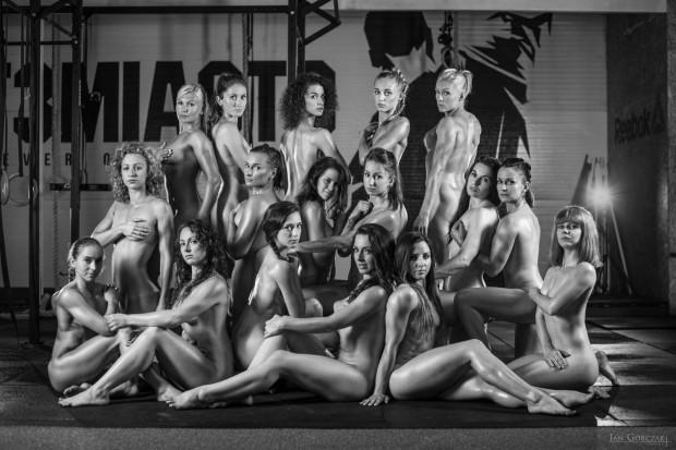 W sesji zdjęciowej do charytatywnego kalendarza udział wzięło 18 klubowiczek CrossFit Trójmiasto. Efektem ich pracy będą piękne kobiece akty uchwycone podczas wykonywania codziennych ćwiczeń crossfitowych.