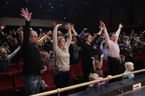 Podczas spotkań rodzinnych w Operze Bałtyckiej publiczność jest wciągana do wspólnej zabawy.