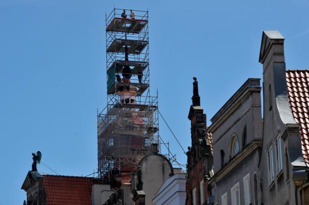 Remont dachu, poddasza i wieżyczki Domu Angielskiego w Gdańsku w czerwcu 2016 roku.