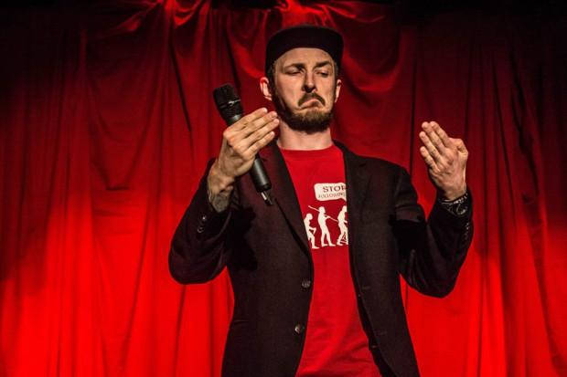 Adam Van Bender jest jednym z komików znanych w całej Polsce. Oprócz tego zajmuje się też koordynowaniem trójmiejskiej sceny stan-upowej.