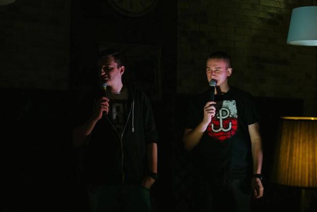 Kuba Dąbrowski i Cezary Sikora tworzą grupę Jazda Stand-Up. Swój materiał bardzo często testują na tzw. open micach.