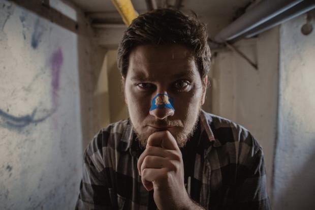 Piotr Splin reprezentuje grupę Stand-up Trójmiasto. O sobie mówi, że jest smutnym śmieszkiem i entuzjastą humoru zepsutego jak on sam.