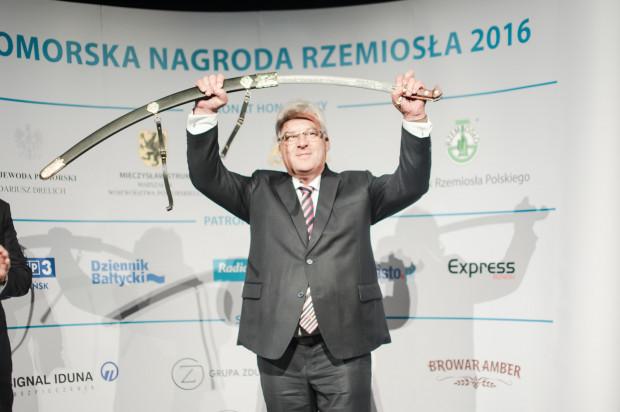 """Rozstrzygnięcie konkursu """"Pomorska Nagroda Rzemiosła"""" i uroczysta gala odbyły się w Teatrze Wybrzeże. Na zdjęciu Zbigniew Stencel z Szablą Kilińskiego."""