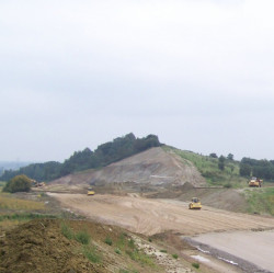Na wysoczyźnie w pobliżu ul. Borkowskiej w Gdańsku drogowcy zniwelowali ogromne wzniesienie, by kierowcom zapewnić bardziej dogodny przejazd.