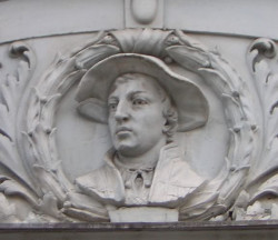 Płaskorzeźba przedstawiająca Hansa Holbeina młodszego na kamienicy przy ul. Węglarskiej w Gdańsku.