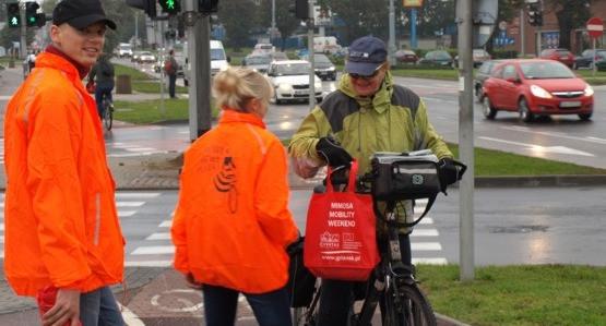 W trzy wrześniowe piątki, jadący do pracy lub szkoły gdańscy rowerzyści mogą się natknąć na znaną osobę, wręczającą drobne upominki.