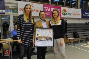 Adam Selonke, prezes Invest Sarko, z gdyńskimi koszykarkami.