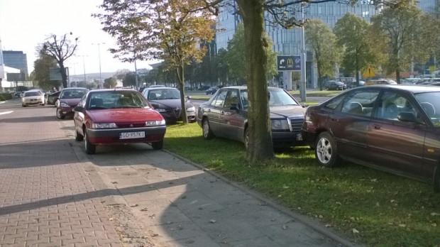 Jednym z problemów, z którym borykają się mieszkańcy Trójmiasta, są np. samochody parkowane w miejscach, w których parkować ich nie można.