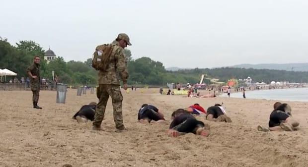 Uczestnicy Warriors Run pokonują trasę pod okiem żołnierzy.