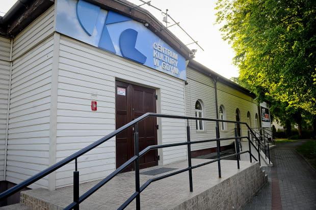 Tuż obok wejścia do Centrum Kultury w Gdyni znajduje się podjazd dla wózków prowadzący bezpośrednio na widownię.